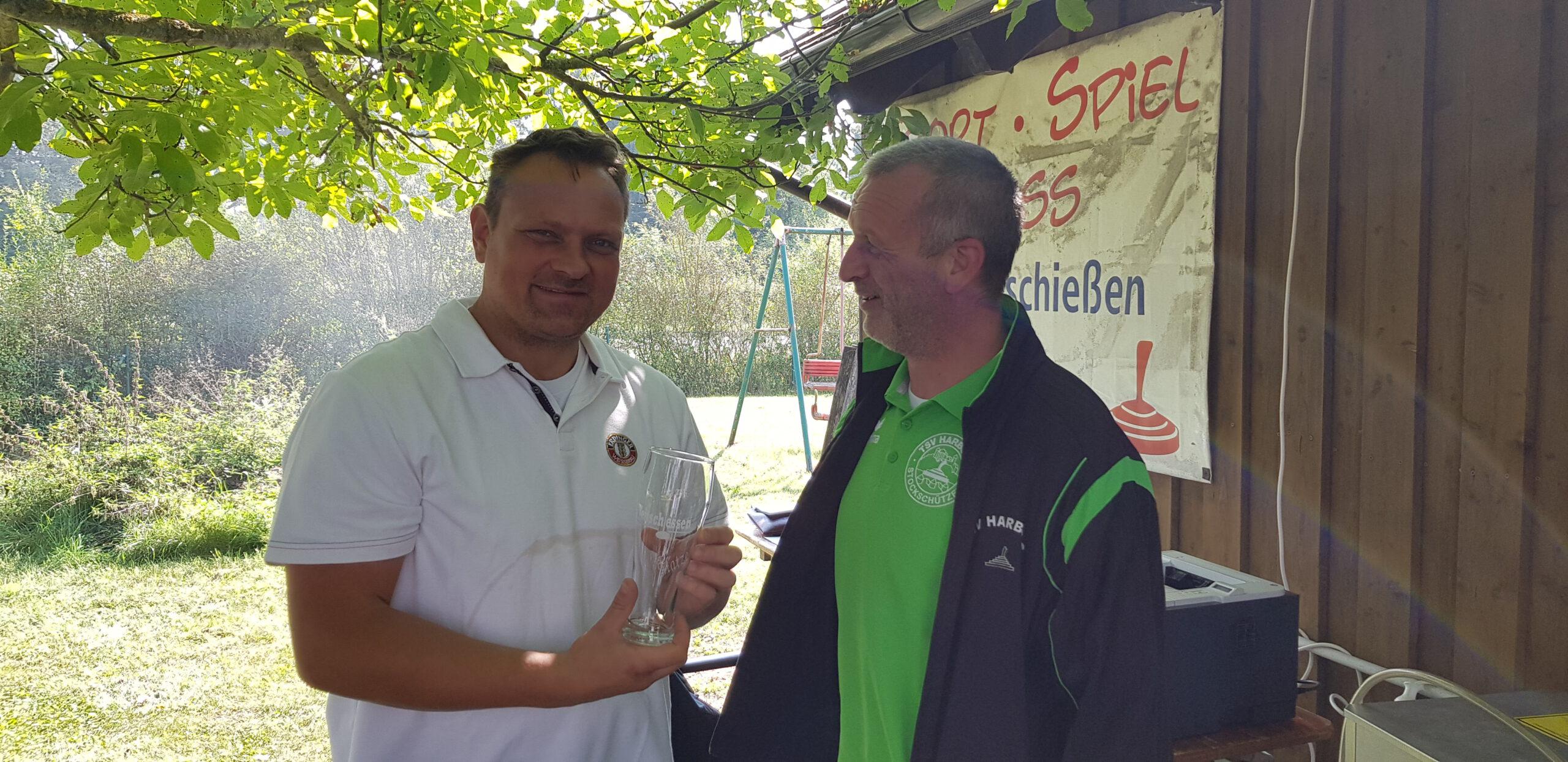 Glasgeschenk Matze von Mannschaftsführer Georg Winter vom TSV Harburg